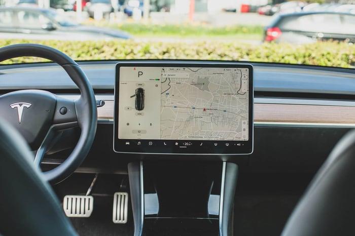 React Native mobile app examples - Tesla